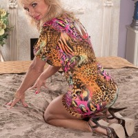 Buxom blonde lady over sixty Cara Reid exposes nice natural older woman tits