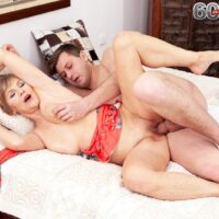 Alluring golden-haired grannie Nicol Mandorla entices a guy with a back masage before banging him
